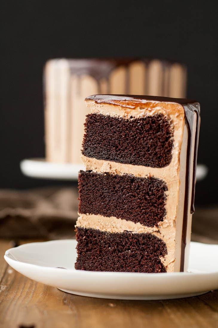 A kész, finom, ínycsiklandozó mokka torta egy szelete tányéron
