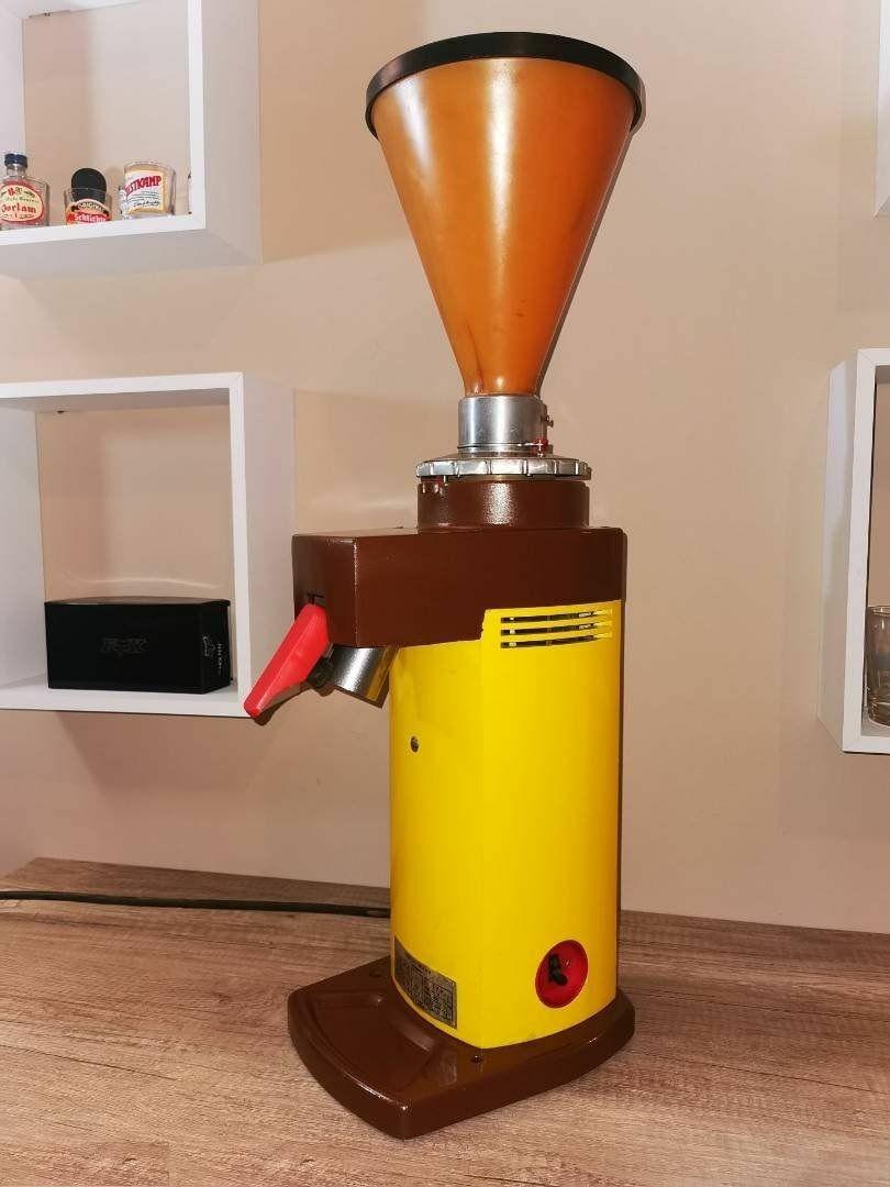 Retro KÖZÉRT-es kávédaráló